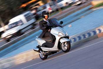 conducir-moto-ciudad-desguace