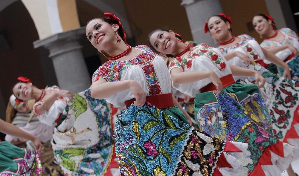 PUEBLA, Pue., 18 Noviembre 2014.- Grupos de danza folklórica participan en el festejo por el 40 aniversario de la casa de la cultura. //Hilda Ríos/Agencia Enfoque//